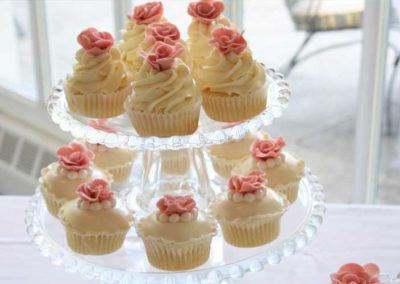 pretty-wedding-cupcakes-glass-stand