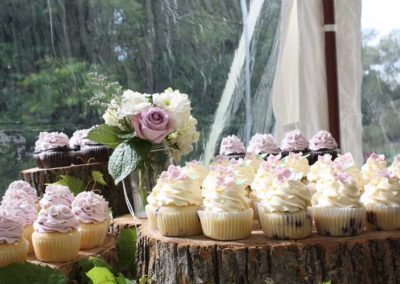 wedding-cupcakes-wooden-stand